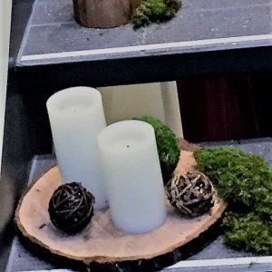 Rondin et cylindre de bois avec chandelles et mousse verte