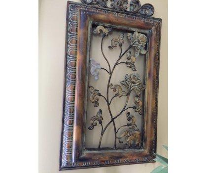 Cadre de métal antique avec plantes