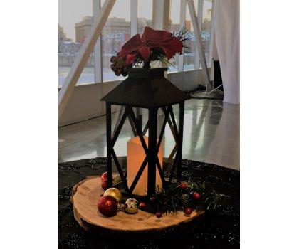Rondin de bois avec chandelle DEL, lanterne et sapinage