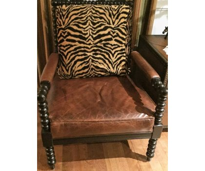 Chaise en cuir brun de style jungle