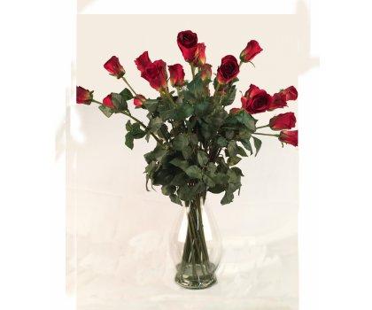 Roses rouges artificielles dans un vase